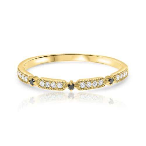 טבעת עגולה משובצת יהלומים לבנים ושחורים