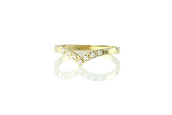 טבעת וי משובצת יהלומים לבנים