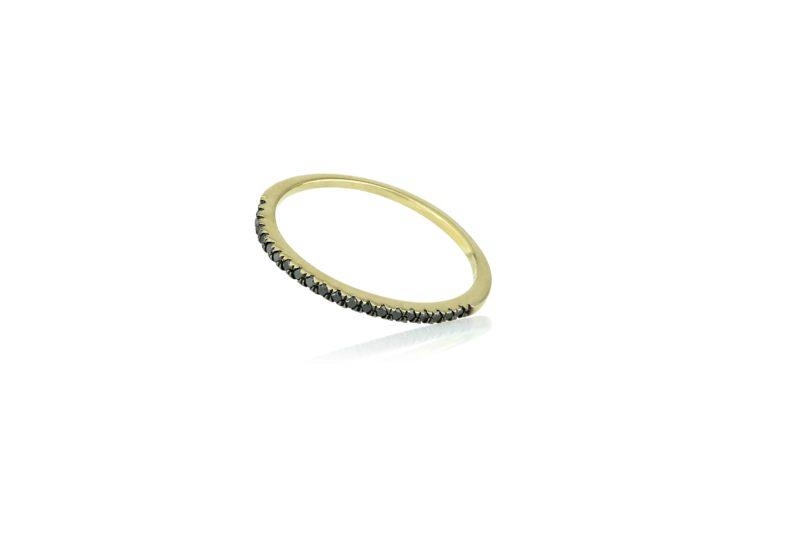 טבעת עגולה משובצת יהלומים שחורים