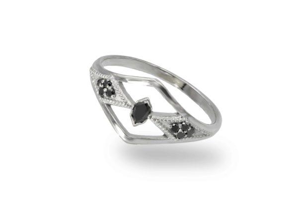 טבעת וינטאג׳ משובצת יהלומים שחורים