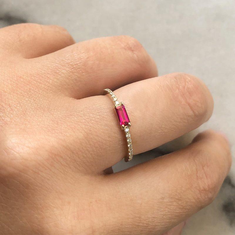 טבעת יהלומים לבנים עם רובי