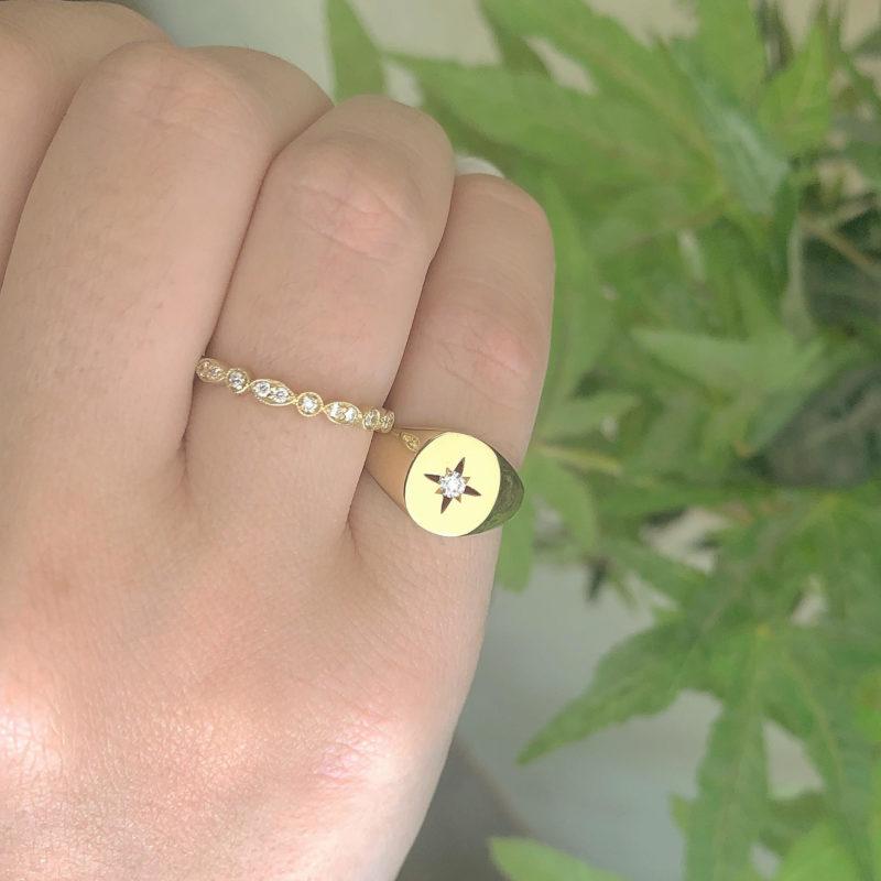 טבעת עלים משובצת יהלומים לבנים וטבעת חותם עם כוכב חלול ויהלום לבן