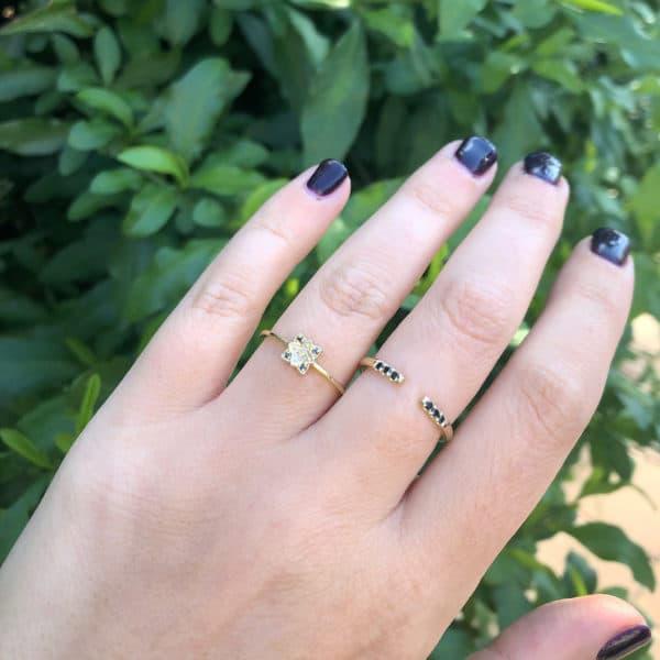 טבעת פרח משובצת יהלומים וטבעת פתוחה משובצת יהלומים שחורים