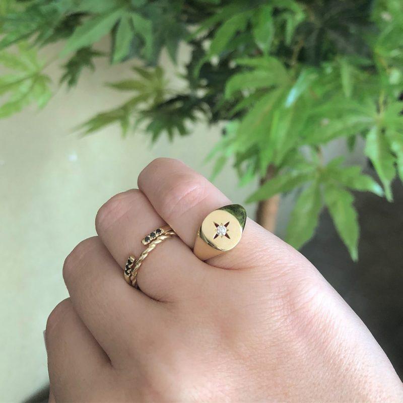 טבעת חותם עם כוכב חלול ויהלום לבן