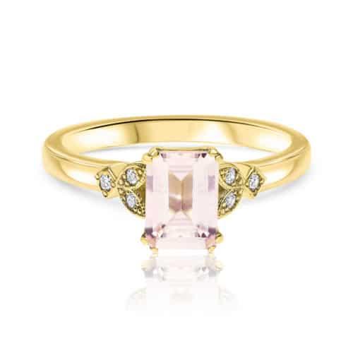 טבעת וינטאג׳ משובצת מורגנייט ורודה בחיתוך אמרלד ויהלומים לבנים