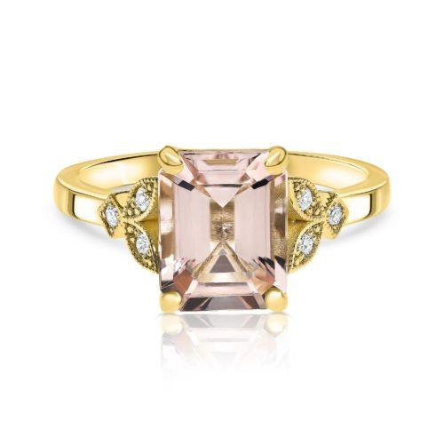 טבעת וינטאג׳ משובצת מורגנייט ורודה בחיתוך אמרלד גדולה ויהלומים לבנים